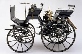 Daimler, o primeiro carro lançado comercialmente, em 1886.