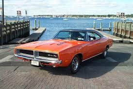 As cores psicodélicas foram  marca dos anos 70, como neste Dodge Charger.