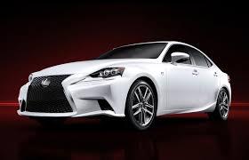 A cor branco pérola e os faróis de LED são a marca dos veículos atuais.