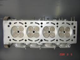 Cabeçote de 16 válvulas (4 por cilindro, ou multiválvulas).