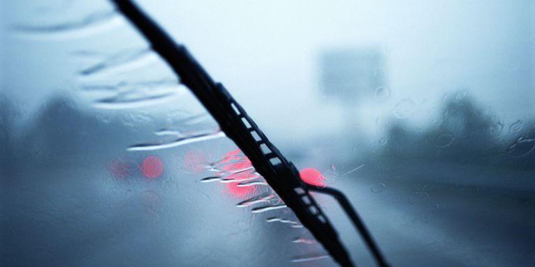 dirigindo na chuva educação automotiva